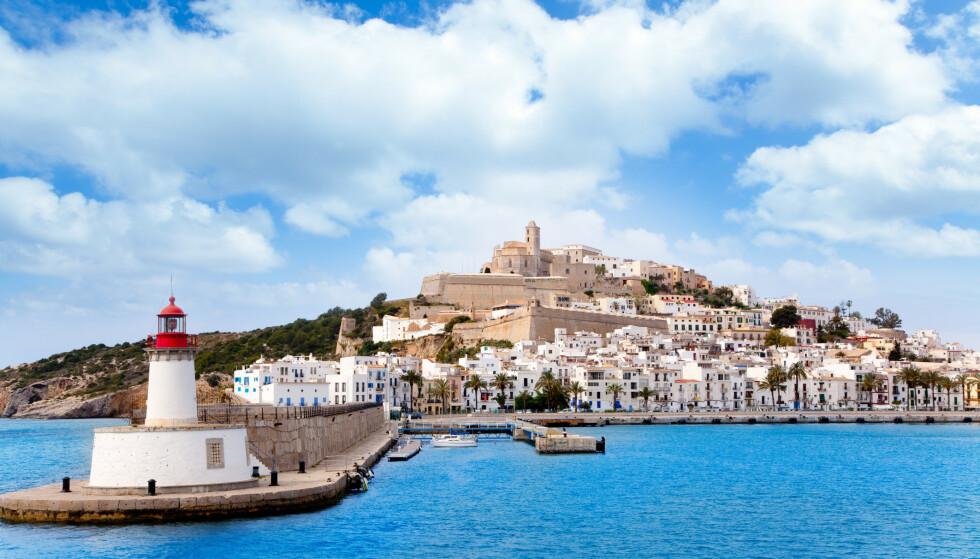 DEN HVITE BYEN: Med hvitkalkede hus, trange smug - og en fantastisk beliggenhet - byr gamlebyen Dalt Vila på Ibiza på et annet tempo enn byens omgjetne natteliv. Foto: Consell de Ibiza