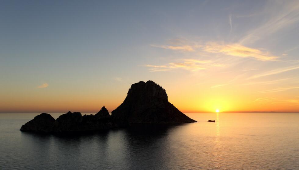 MAGNETISK: Å oppleve solnedgangen på Es Vedrà er et syn for livet. Foto: Turespaña