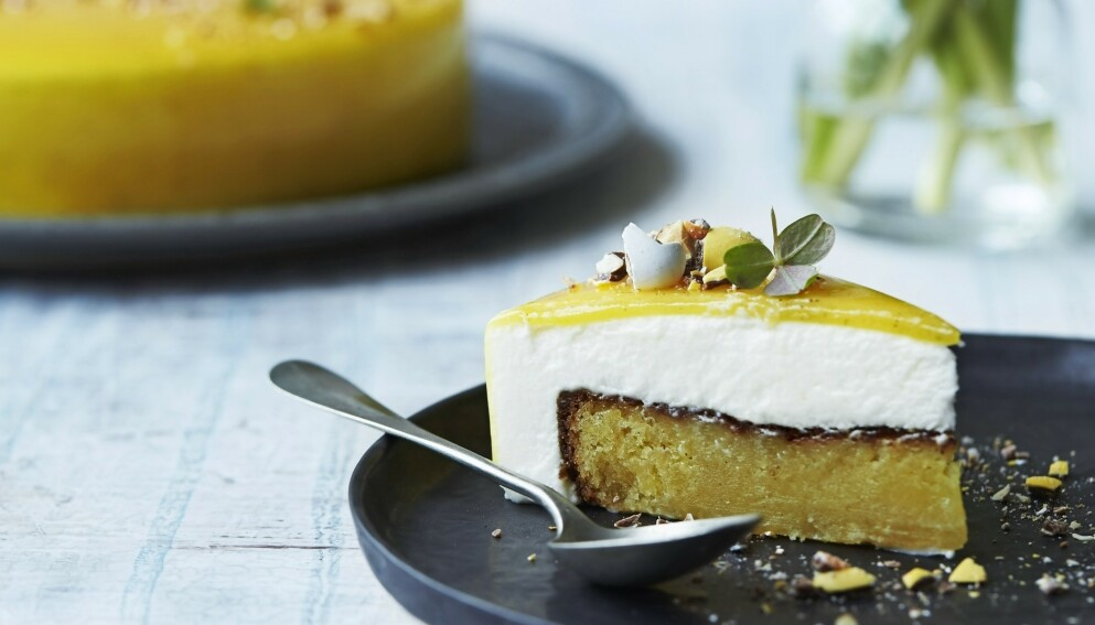 GUL GLAZE-KAKE: Den lagvise kaken er vakker og innbydende fra alle kanter. FOTO: Camilla Biesbjerg Markussen