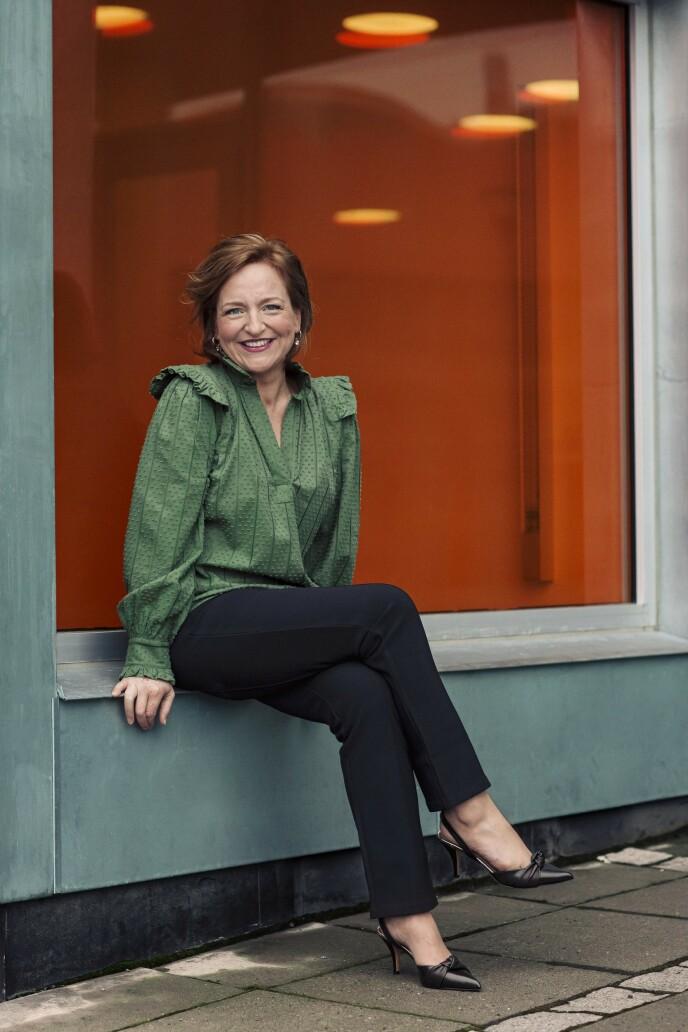 Bluse (kr 2200), bukse (kr 1800) og pumps (kr 3200, alt fra By Malene Birger) og øredobber (kr 890, Celine Engelstad). Tips! En dressbukse med stretch er både behagelig og stilfull. FOTO: Astrid Waller