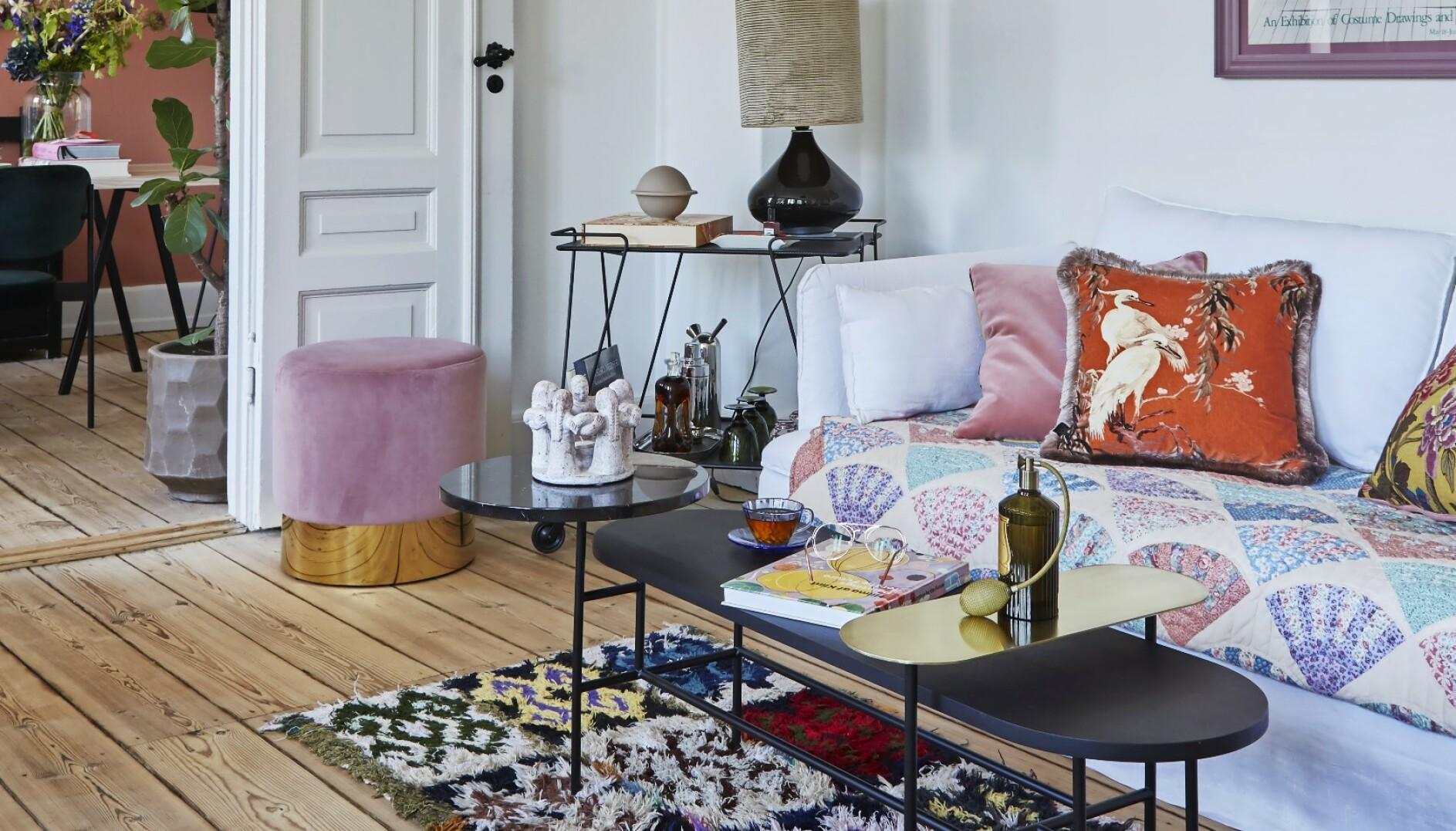 Sofaen fra Ikea har fått lintrekk fra Bemz. Lappeteppet er fra @epicdecor og putene fra Heim. Under sofabordet fra @tradition ligget et boucherouite-teppe fra Kirsten Fribert. Puffen i rosa velur er fra My Journey Collection. FOTO: Anitta Behrendt
