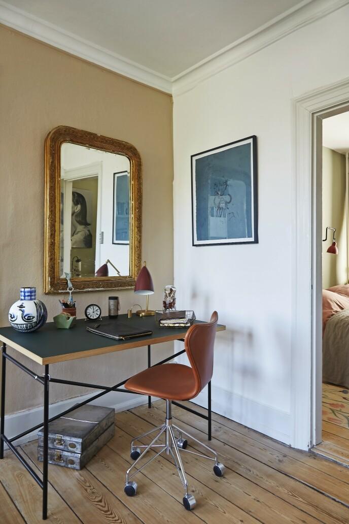 Bettina elsker å blande ulike stilperioder og har her plassert et rokokkospeil sammen med et stramt Egon Eiermann-bord fra Please Wait to be Seated. Verket til høyre er av Cathrine Raben Davidsen.