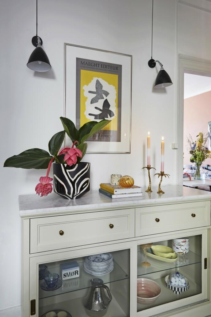 Bordet med marmorplate har Bettina funnet på Ikea og malt med fargen Stoney Grey fra Farrow & Ball. Krukken er fra Kähler, og bildet på veggen er fra Galerie Maeght.