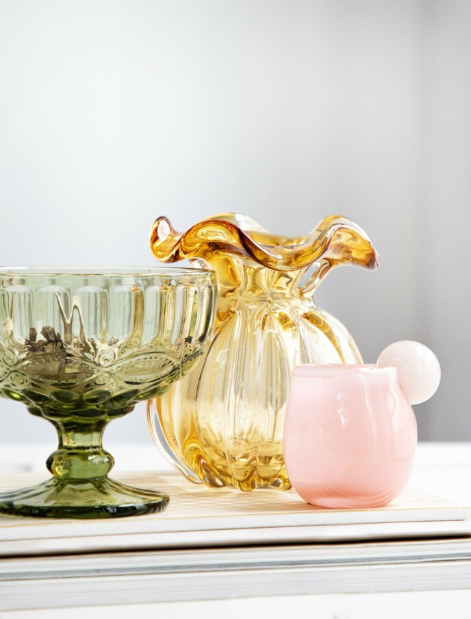 Grønn, høy skål (Notre Dame). Gul vase (Nordal). Lyserød glasskopp (Helle Mardahl). FOTO: Pernille Enoch