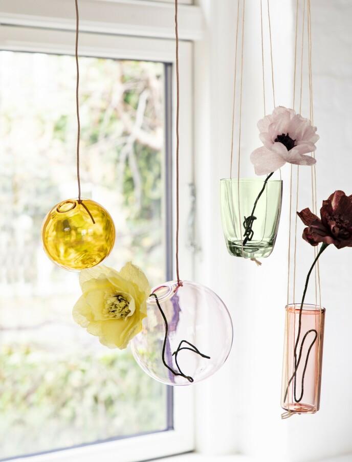 Gul, rund vase og rosa, rund vase (begge fra Studio About). Grønt glass og rosa sylindervase (begge fra @tussetingfinder på Instagram). FOTO: Pernille Enoch