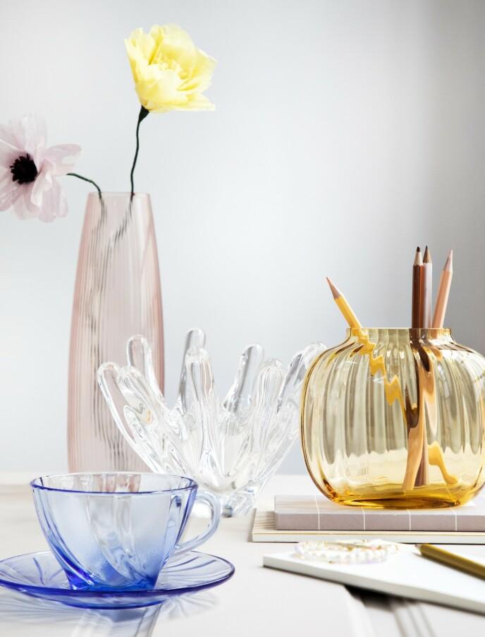 Høy, rosa vase (Stilleben). Papirblomster (Studio About). Skulpturell vintage-skål (Shop Dora). Blå kopp med skål (Hay). Gul vase (Holmegaard). FOTO: Pernille Enoch