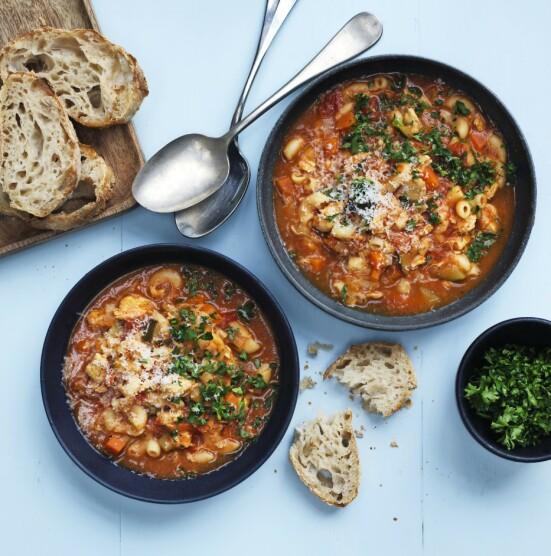 En varmende og fyldig suppe er mettende og varmer en kjølig vårdag. Tips! Den beste tomatsuppen lager du selv med basis i en boks hermetiske tomater. FOTO: Columbus Leth