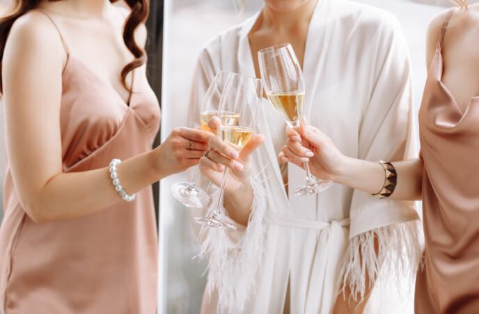 SKAPET FULLT AV KJOLER: I klesskapet til Jen henger det hvert fall 75 forskjellige bryllupskjoler. Foto: NTB