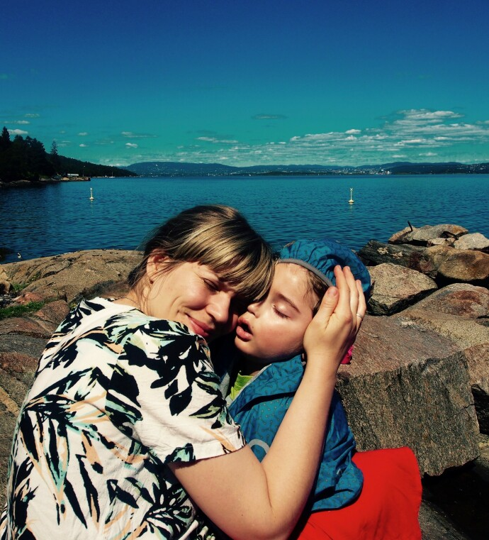 VARE MINNER: Mamma Miriam og Einar på stranden hos bestemor og bestefar på Nesodden, bare dager før Einar døde. FOTO: Privat