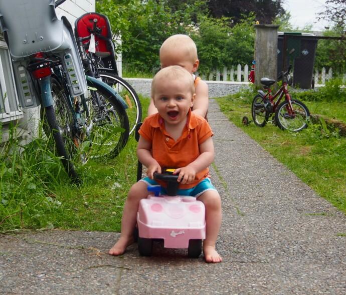 UNNA I BAKKEN: Einar styrte bilen med stø hånd, mens vennen Sascha var passasjer bakpå. Bildet er fra sommeren 2014, før Einar fikk diagnosen. FOTO: Privat