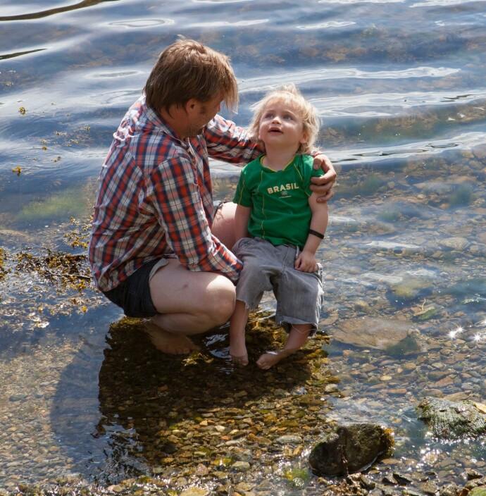 SOMMERBAD: Pappa Torkil og Einar dypper tærne i fjorden en sommerdag I 2015. Inn i det siste var Miriam og Torkil opptatt av å gi Einar en barndom full av lek og opplevelser. FOTO: Privat