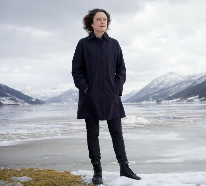 STERKE SKILDRINGER: Katrine Sele har skrevet boken om Einars liv. Her ved Jølster, der hun bor. FOTO: Bent Are Iversen, Samlaget.