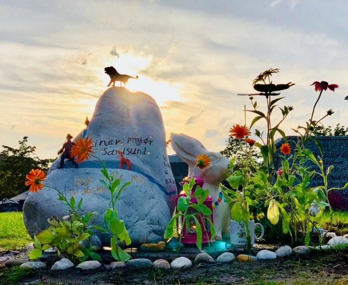 KONGEN: Familien kan se Einars grav fra soveromsvinduet. Helt inn i døden valgte de å gå sine egne veier for sønnen. Ved Einars gravstein blomstrer det i sterke farger, og også Einars venner er stadig innom og setter små gaver på graven hans. FOTO: Privat