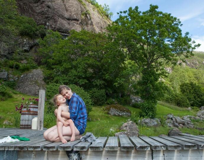 GODE MINNER: Einar på mammas fang i 2015. Da Einar fikk diagnosen ønsket foreldrene å gi ham mest mulig lek og fine opplevelser. FOTO: Privat