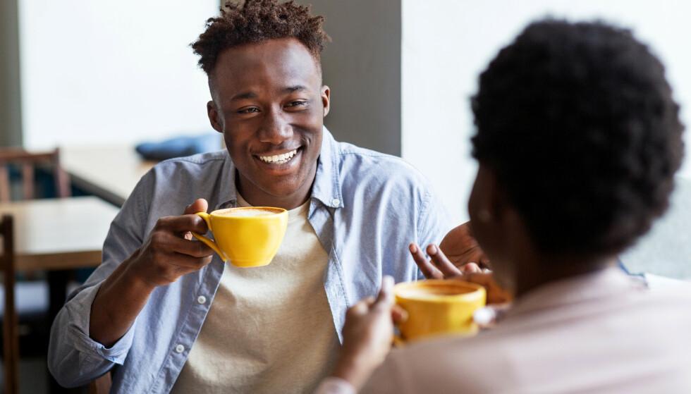 SKRUR PÅ SJARMEN: Du møter en person som er sjarmerende og flink til å snakke for seg, men det er bare et spill. FOTO: NTB
