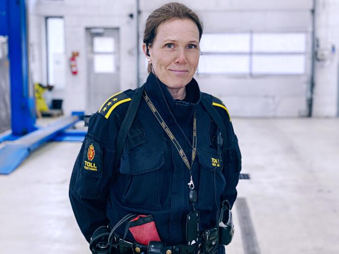 GRENSELØST: Beathe Irene Nordeide er overrasket over oppfinnsomheten til folk som smugler, og har funnet sprit, sigaretter og narkotika på de merkeligste steder. FOTO: Tolletaten