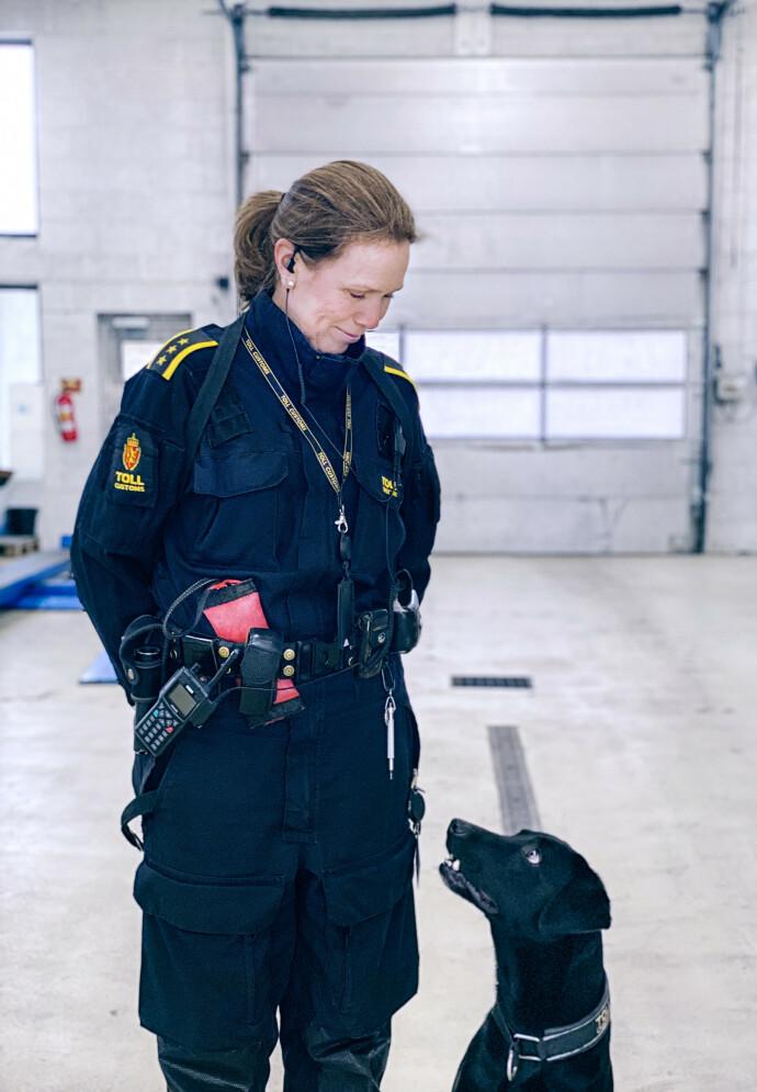 KLAR FOR OPPDRAG: Beathe og Nemo elsker å gjøre narkofunn, og er samboere med Beathes samboer og hans tjenestehund. Her fra arbeidsplassen på Svinesund. FOTO: Tolletaten