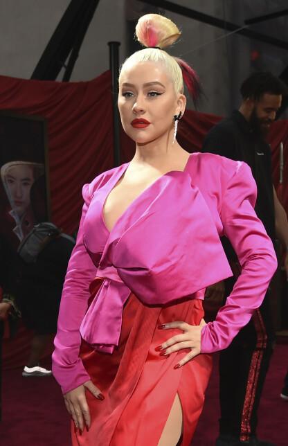 LIKHETSTREKK: Det var nok flere som trakk paralleller til Christina Aguileras antrekk og look under Mulan-premieren i mars 2020. FOTO: NTB