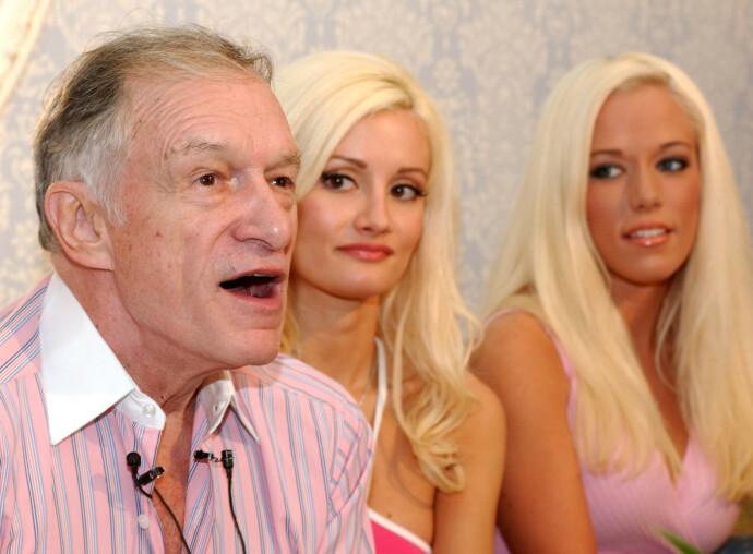 USEMJE: Holly Madison (i midten) og Kendra Wilkinson (t.h.) er uenige om hvorvidt kvinnene som flyttet inn på Playboy Mansion først måtte ligge med Hugh Hefner (t.v.) . Her fra Hefners legendariske Playboy Super Bowl party. FOTO: NTB