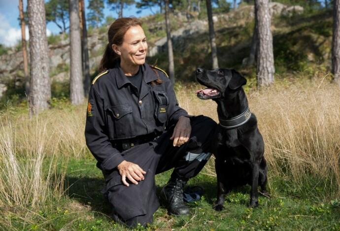 GODE MINNER: Beathe og hennes forrige narkotikahund Ally fant store mengder narkotika, blant annet en kilo amfetamin en dag de var ute og gikk på tur i skogen. FOTO: Privat