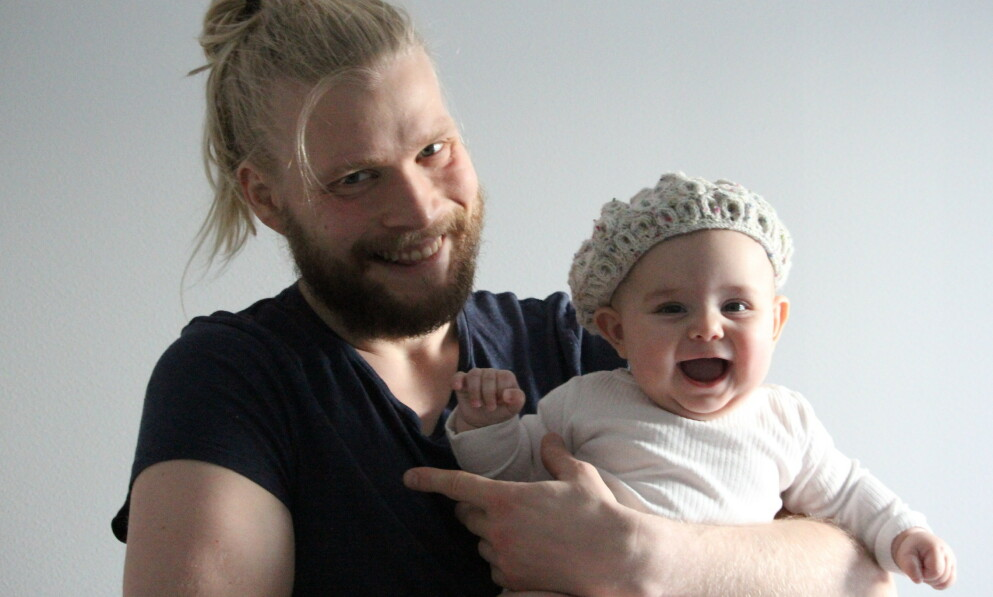 PAPPA SOM STRIKKER BABYKLÆR: Da han skulle bli pappa for første gang fattet Tor-Arne interesse for strikking. Resultatet har blitt en hel garderobe av vakre plagg til datteren Olivia (2). FOTO: Privat