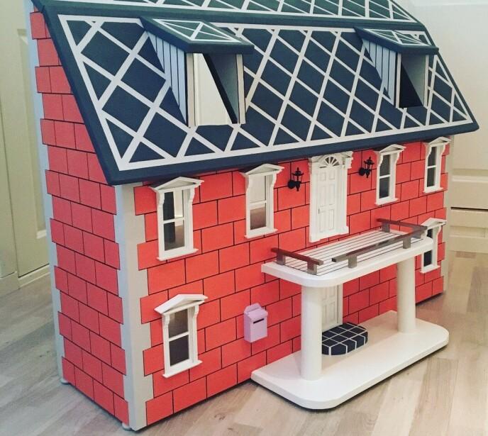 POPULÆR KLASSIKER: Martin har ikke tall på hvor mange dukkehus og dukkeslott han har bygget opp gjennom årene. FOTO: Privat
