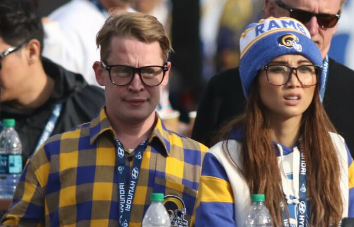 MATCHENDE: Macaulay Culkin og kjæresten Brenda Song på kamp mellom Los Angeles Rams og Arizona Cardinals i 2019. FOTO: NTB
