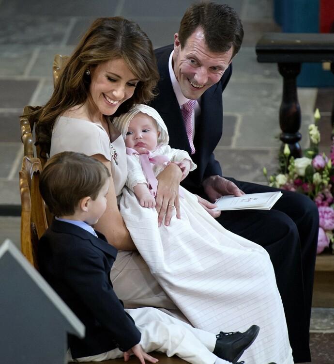 DÅP: Prins Joachim og prinsesse Marie holder barnedåp i Møgeltønder kirke 20.mai 2012. Dåpsbarnet er prinsesse Athena Marguerite Franoise Marie. Storebror prins Henrik sitter stolt ved siden av. FOTO: Keld Navntoft/NTB