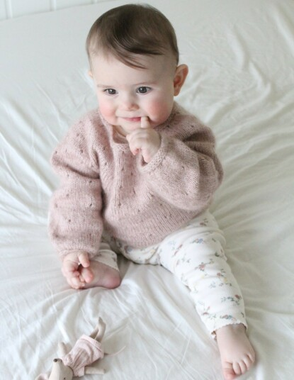 FELLES PROSJEKT: Olivia i en vakker genser designet av mamma Hawre og strikket av pappa Tor-Arne. FOTO: Privat