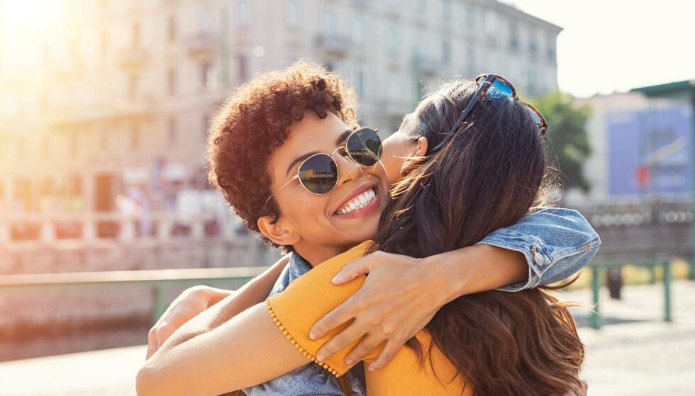 BAKSNAKKING ER GIFTIG: - Legg merke til hvordan personen snakker om andre venner som ikke er til stede, råder sexologen. FOTO: NTB