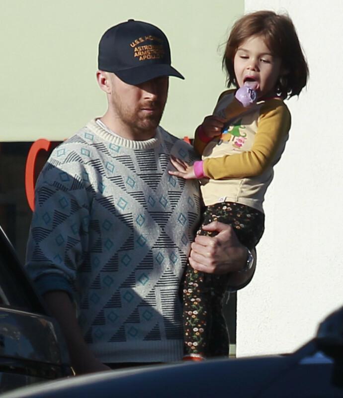 LYKKE: Ryan Gosling med datteren Esmeralda, som ble født i 2014. I tillegg har Ryan og kona Eva Mendes datteren Amada. FOTO: Splashnews/NTB