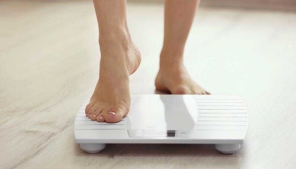 VEKTNEDGANG: Både hormonnivå, kosthold, trening og søvnmønster virker inn på vekten. FOTO: NTB
