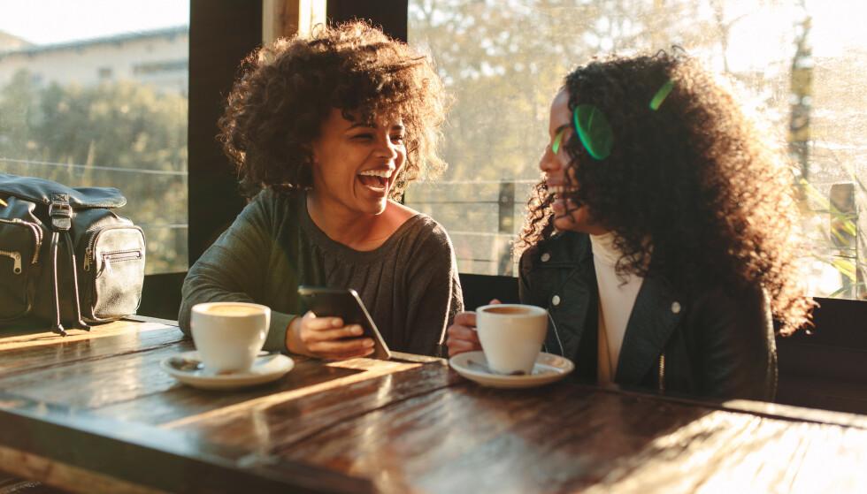 BAK ET STORT SMIL: Bak et stort smil og store klemmer kan det skjule seg usikkerhet og bitterhet i et giftig vennskap. FOTO: NTB