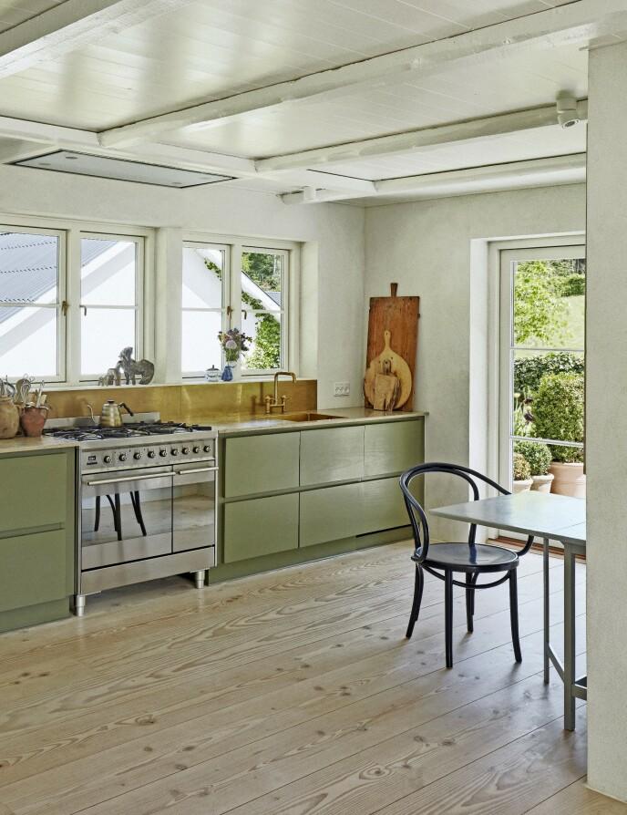 Gården er totaloppusset, men det er gjort med respekt for husets alder og med materialer med sjel, slik som for eksempel de gamle takbjelkene som er gjenbruk. Kjøkkenbordplaten er av Jura Grau Blau-kalkstein, og det grønne kjøkkenet er fra Kreum.