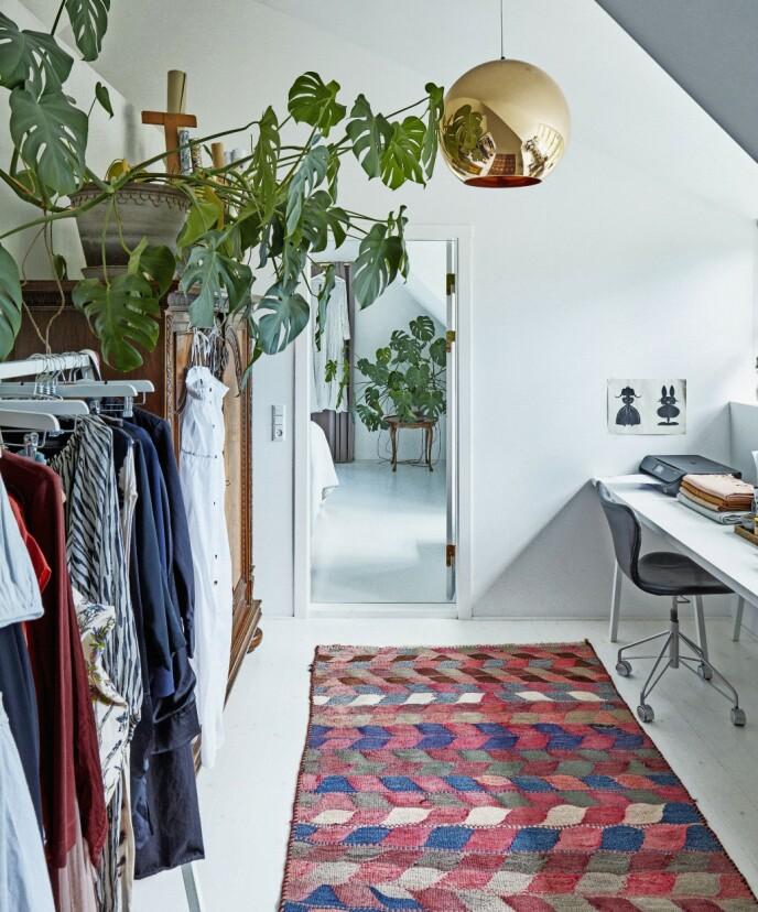 Arbeidsrommet er som et blankt, hvitt lerret, der kvinnen i huset kan utfolde sin kreativitet. Kun teppet på gulvet gir farge til rommet, sammen med pendellampen fra Tom Dixon.