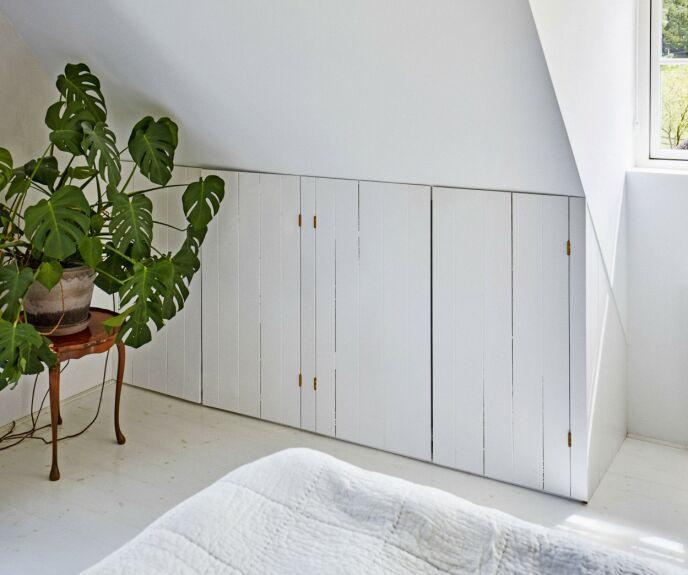De små hjørneskapene på soverommet har paret fått spesiallaget.