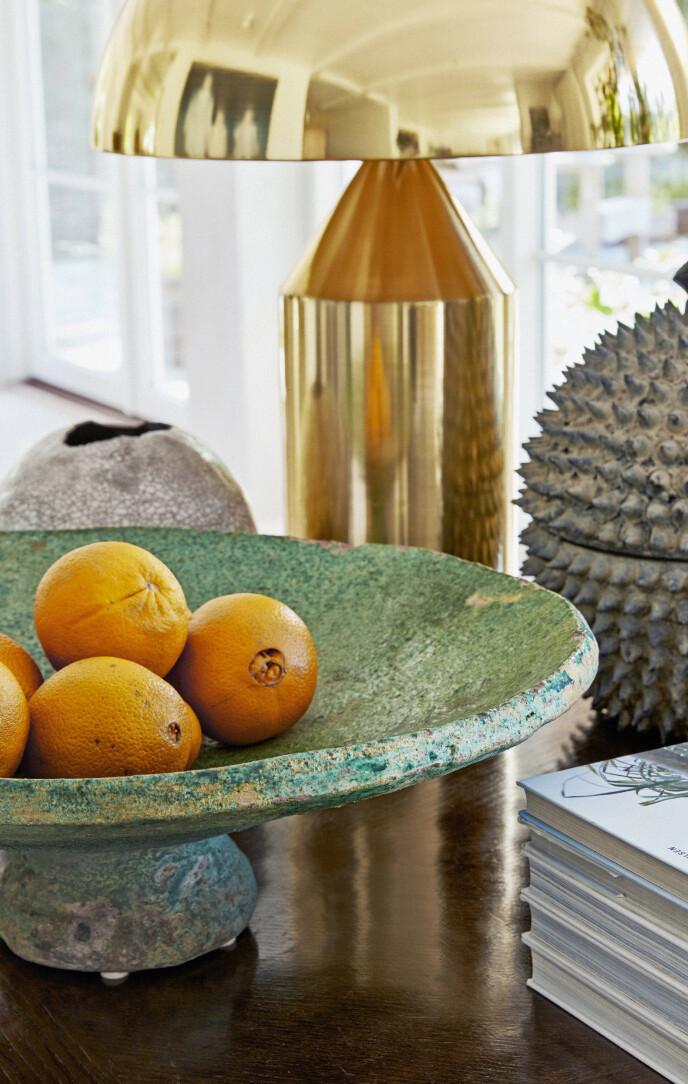 Det grønne fatet på det antikke bordet er et funn fra Mallorca.