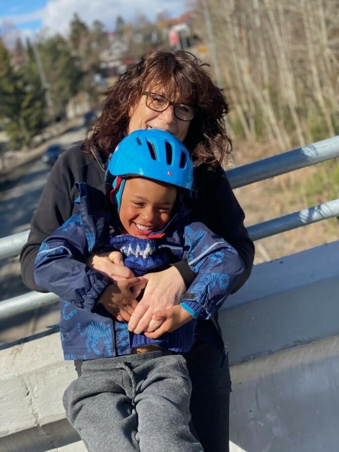 GODE VENNER: Eva sammen med barnebarnet Bryan (3). FOTO: Mari Aguguo