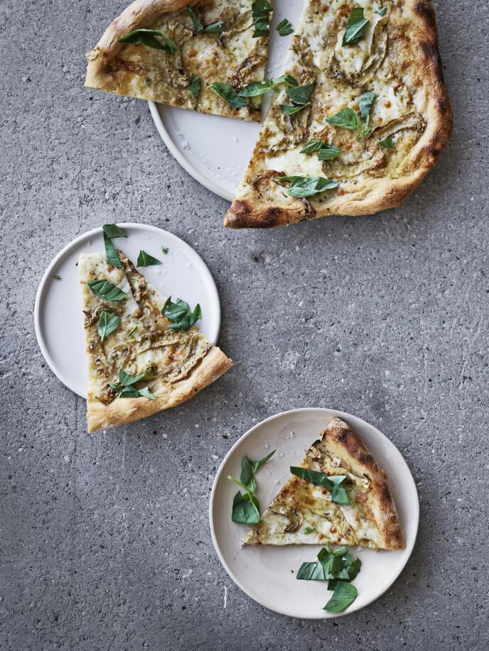 Artisjokkens middelhavsopphav har gjort den til en populær ingrediens i det italienske kjøkken, og den egner seg særlig godt på pizza. Tips! Bruk en skarp, kort kniv, f.eks. urtekniv, når du skal skjære bladene av artisjokken. FOTO: Aller