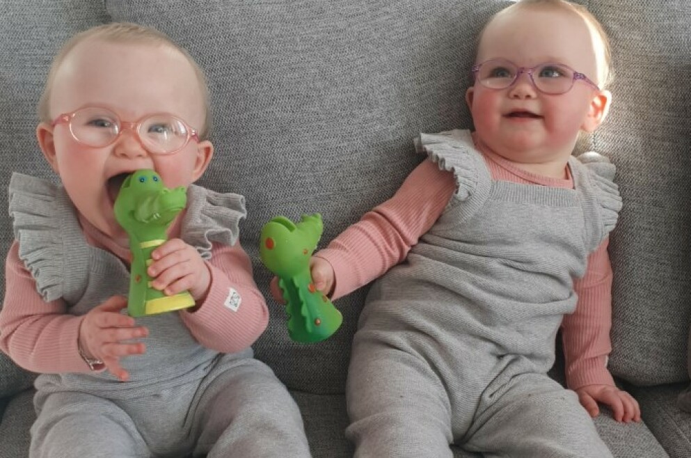 FØRSTE DAG MED BRILLER: Den første tiden var det en stor utfordring å få jentene til å ha på seg brillene i mer enn noen sekunder av gangen. FOTO: Privat