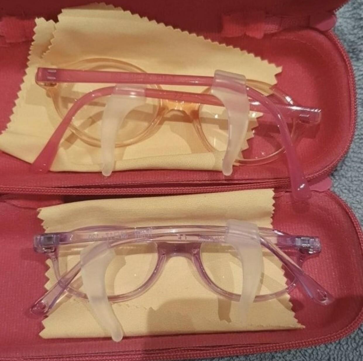 EKSTRA PLASTIKKARMER: Fordi det ikke eksisterer briller for så små barn, måtte de tilpasses med ekstra plastikkarmer. Disse var imidlertid litt for lette å få av for jentene, som puttet dem i munnen. FOTO: Privat