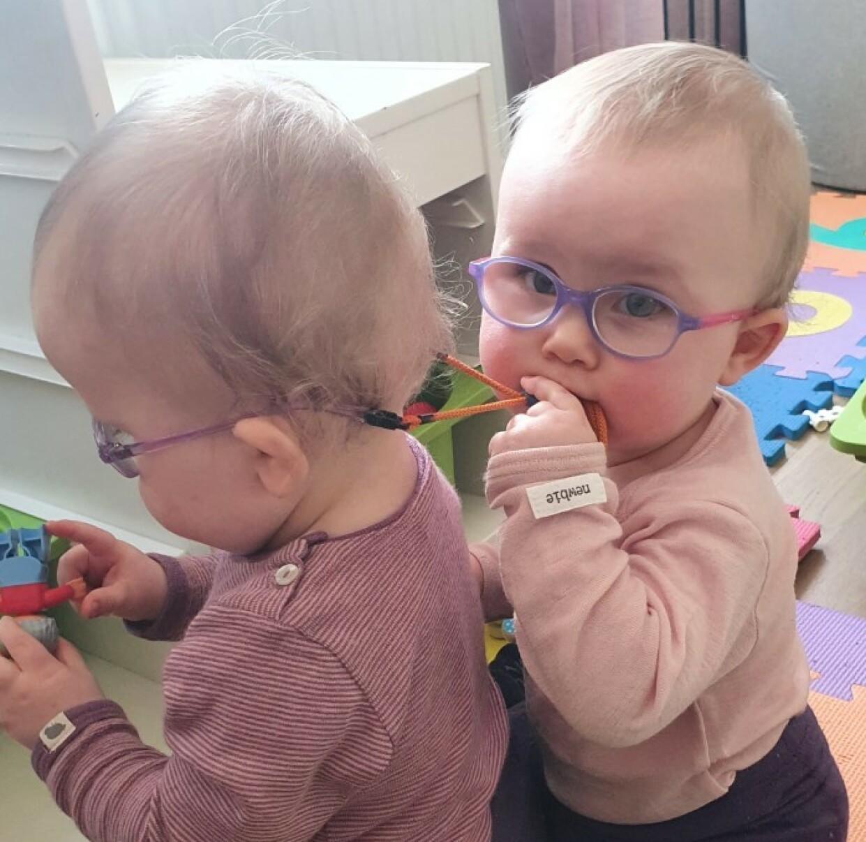 BRILLESNORER: Jentene har nå fått brillesnorer som skal holde brillene på plass, men disse er det også veldig fristende å smake på... FOTO: Privat