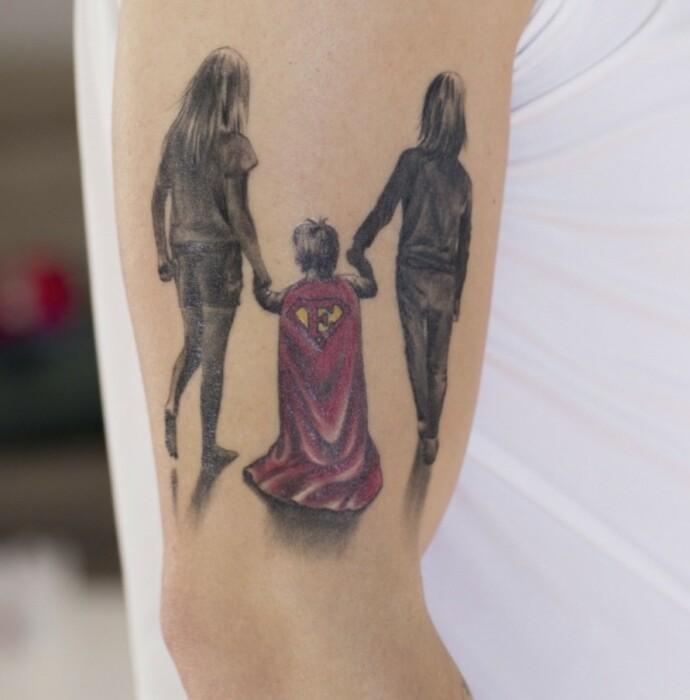 KVARTETT: Da Elliot var mindre fikk pappa Niklas laget en tatovering med Elliot i Superman-kappe, og de to søstrene som passer på ham. I dag har familien fått enda et familiemedlem, lille Leona. FOTO: Charlotte Wiig