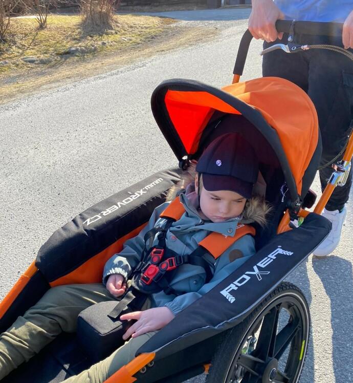 FØRSTE TRILLETUR: Elliot på sin aller første trilletur, ute sammen med mamma og pappa. FOTO: Privat