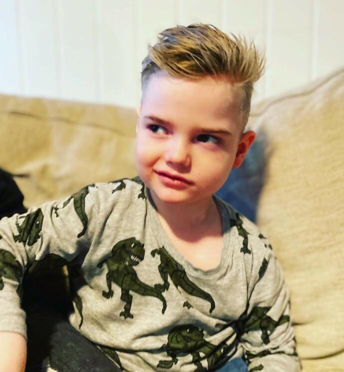 SKOLEN TIL HØSTEN: Pappa Niklas har fikset sveisen. Elliot er blitt fem år og skal begynne på skole til høsten, om alt går som det skal. FOTO: Privat