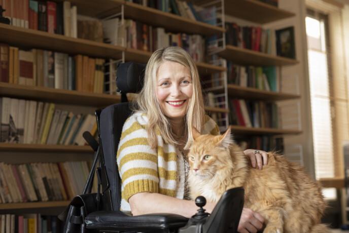 HJEMMEKONTOR: Katten Roy Orbison har holdt Ingrid med selskap på hjemmekontoret. FOTO: Martin Phillip Fjellanger