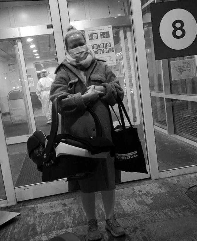 FØDTE ALENE: Fordi Miriam hadde testet positiv for korona, måtte Nicolai være i karantene og fikk ikke bli med inn på sykehuset den dagen fødselen skulle settes i gang. FOTO: Privat