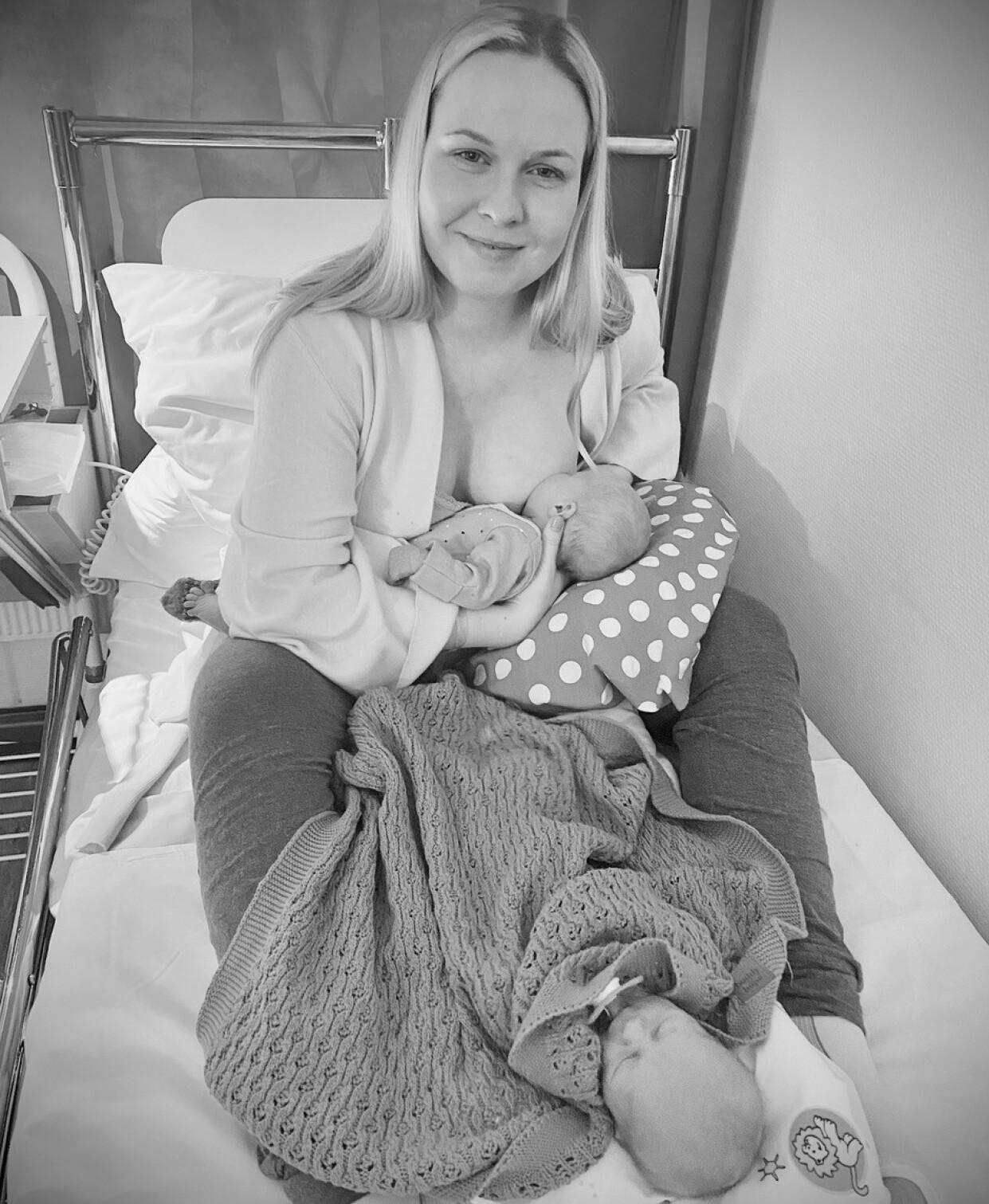 AMMING: Miriam hadde pumpet brystene mens hun var separert fra barna, slik at melkeproduksjonen skulle være i gang til hun fikk dem inn til seg. FOTO: Privat