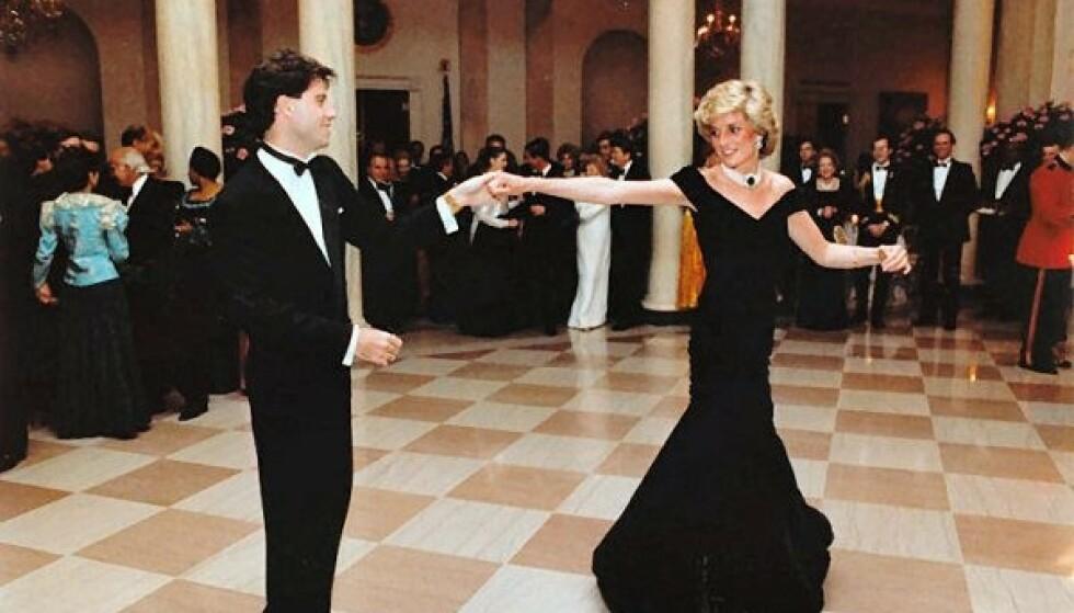 TRAVOLTA-KJOLEN: Etter at prinsesse Diana hadde danset sammen med John Travolta, ble kjolen hennes døpt til Travolta-kjolen. Foto: NTB
