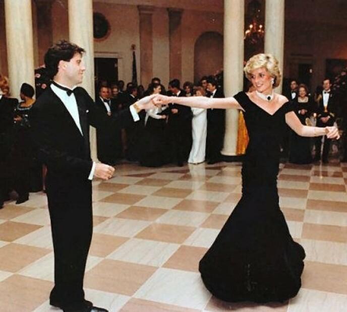 KOMPLISERT OPPGAVE: Travolta visste ikke helt hvordan han skulle be prinsessen opp til dans, men klarte det til slutt. Foto: NTB